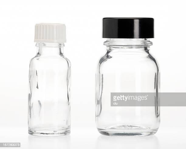 Deux capsules de bouteilles vides