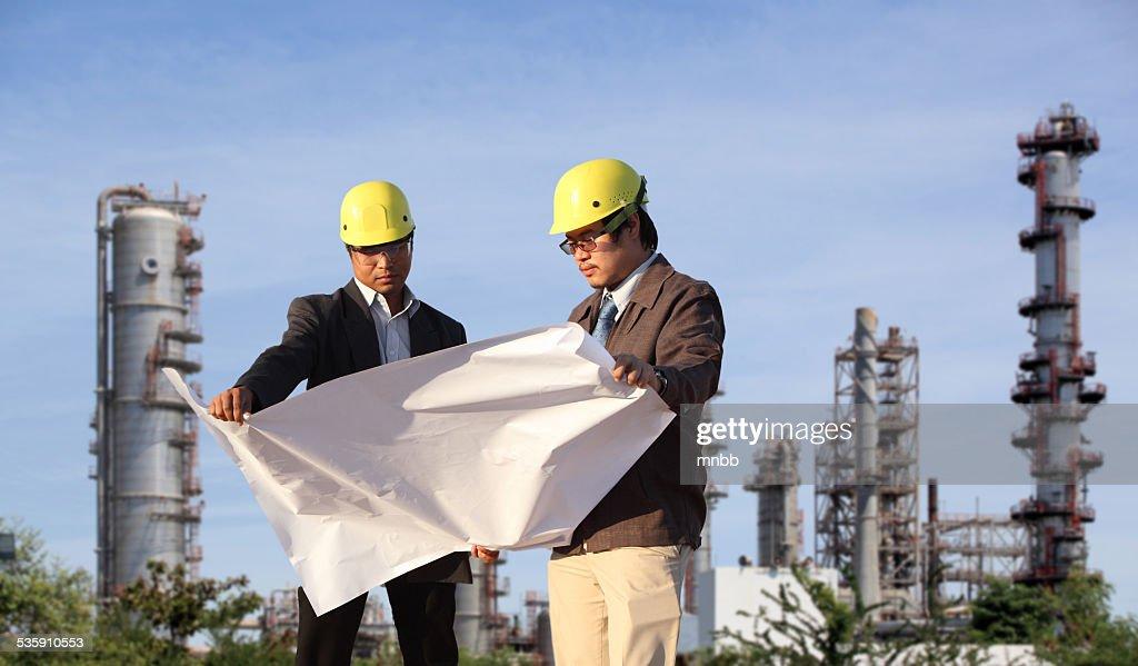 Dois Engenheiro no local : Foto de stock