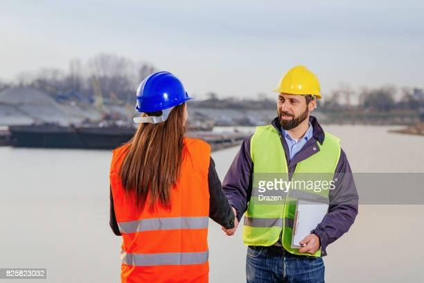 貨物船ドックで一緒に働くエンジニアが 2 つ