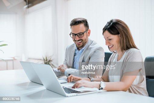 Dos empresarios sentados juntos trabajar en una oficina : Foto de stock