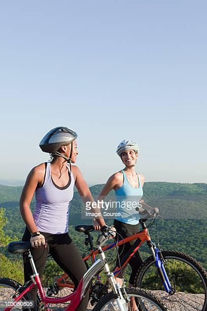 Zwei weibliche Radfahrer, Ländliches Motiv