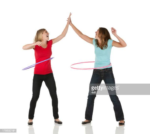 Deux femmes amis jouant avec des paniers de hula