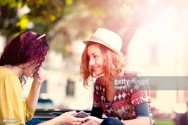 Zwei Freundinnen sprechen in einem park