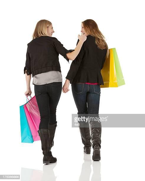 Deux Amies ET Femmes marchant avec des sacs