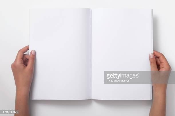 Deux femme mains tenant la vierge de Magazine ouvert