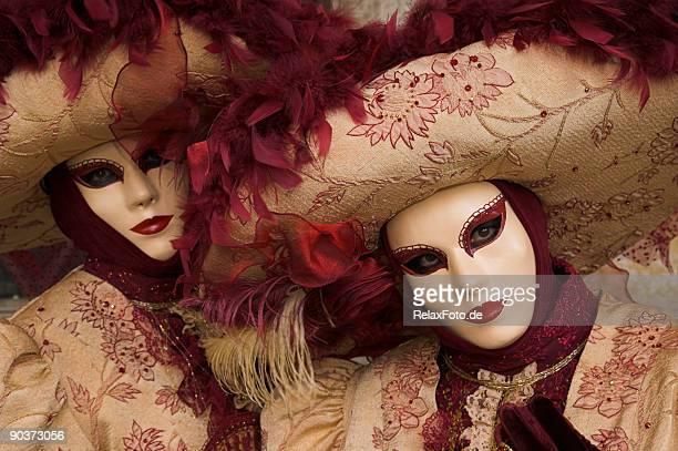 Due donne maschere con bellissimi costumi di Carnevale di Venezia