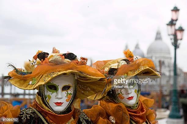 Deux masques de femme avec de magnifiques costumes de Carnaval de Venise