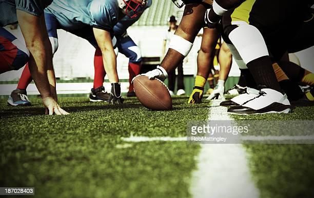 Zwei Fußball-Teams lernen Sie bei der Line of Scrimmage
