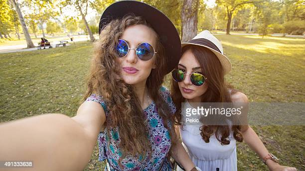Zwei Freunde nehmen selfie auf dem Fahrrad
