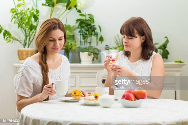 Zwei Freunde Tee trinken und Kuchen essen