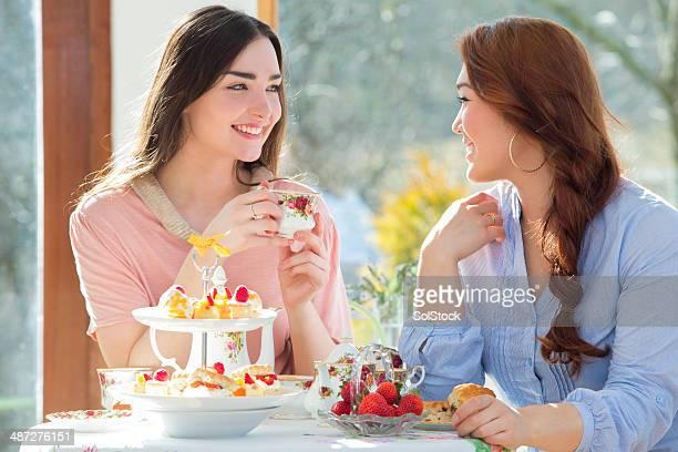 Due amici avendo tè pomeridiano