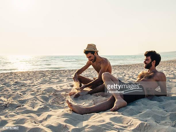 Deux amis ensemble sur la plage