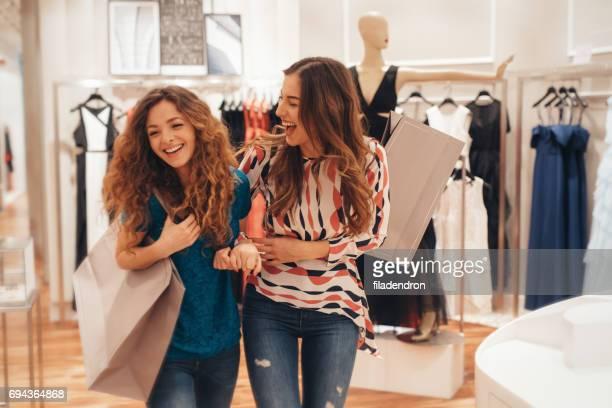 Deux amis shopping pour les vêtements