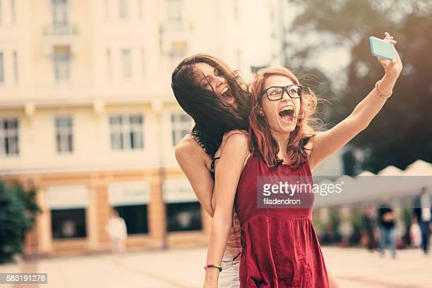 Due amici prendendo un selfie