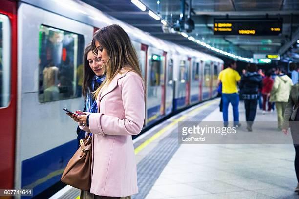 Zwei Freunde warten auf den Zug in die U-Bahnsteig