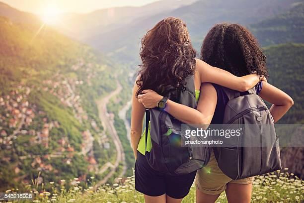 Deux amies peuvent apprécier la vue et le coucher de soleil