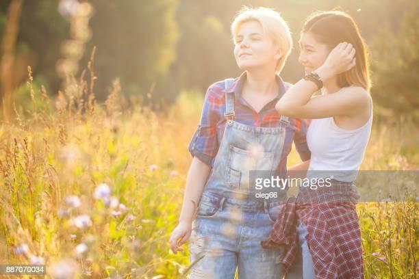 zwei Freundinnen unter freiem Himmel