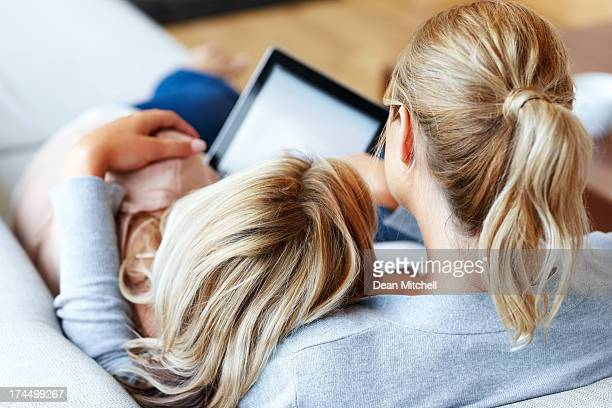 Zwei Freundinnen mit tablet PC