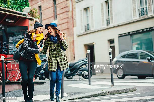 Deux filles en traversant la rue