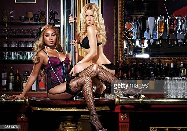Deux filles dans le club de danse Strip-tease nuit