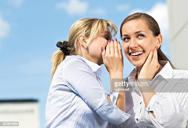 Zwei Mädchen Gossiping