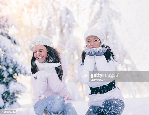 Zwei Mädchen Spaß im Freien im winter