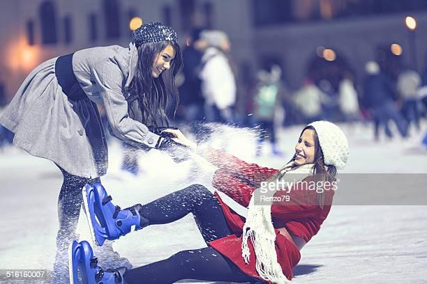 Due ragazze di pattinaggio su ghiaccio