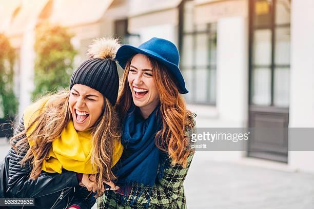 2 つの女の子笑う路上の