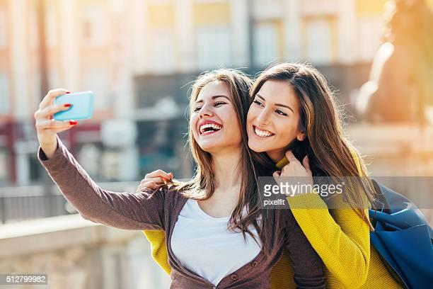 Deux jeunes filles faire des autophotos