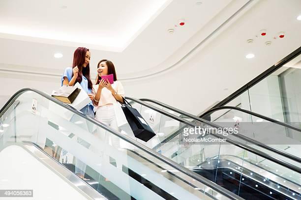Duas Meninas em uma Escada Rolante em shopping mall