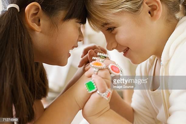 Zwei Mädchen Sitzen im Wohnzimmer von Angesicht zu Angesicht