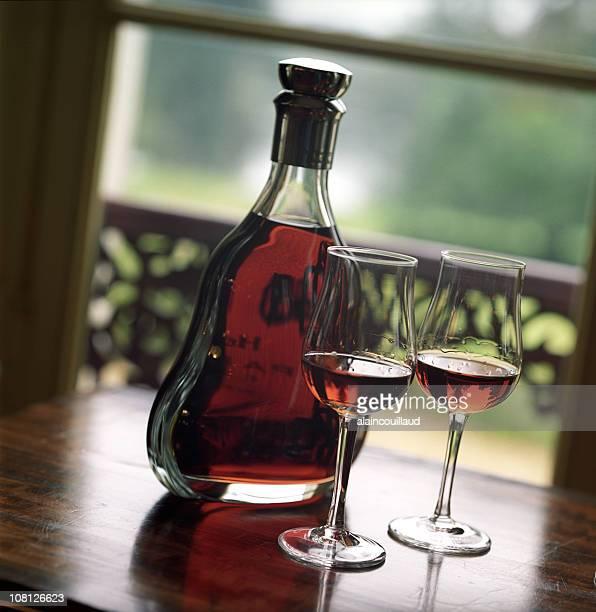Deux verres et bouteille de Cognac sur une Table près de la fenêtre