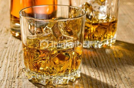 Dos copas y una botella de whisky foto de stock thinkstock for Copas para whisky
