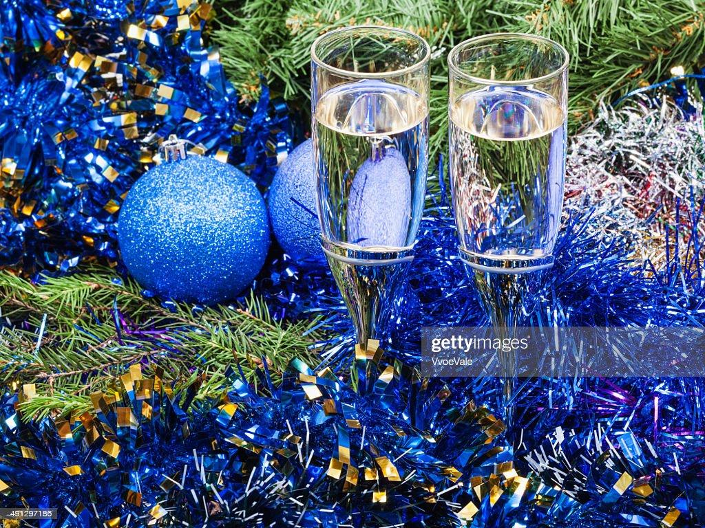 Albero Di Natale Con Decorazioni Blu : Due bicchieri con decorazioni albero di natale blu e foto stock