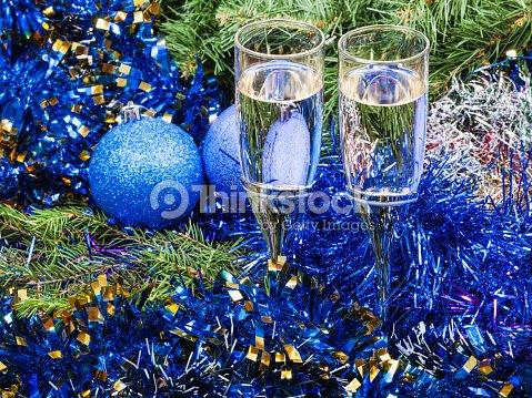 Albero Di Natale Con Decorazioni Blu : Due bicchieri con decorazioni albero di natale blu e 7 foto stock