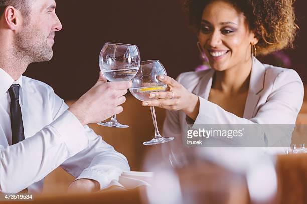 2 つの幸せなビジネスの人々のレストランでの昼食