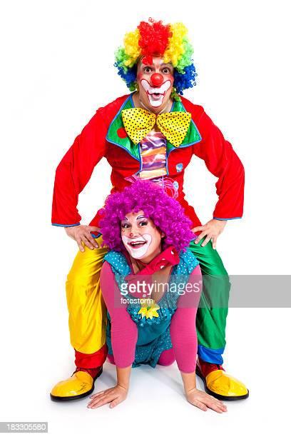 Deux clowns heureux sur fond blanc