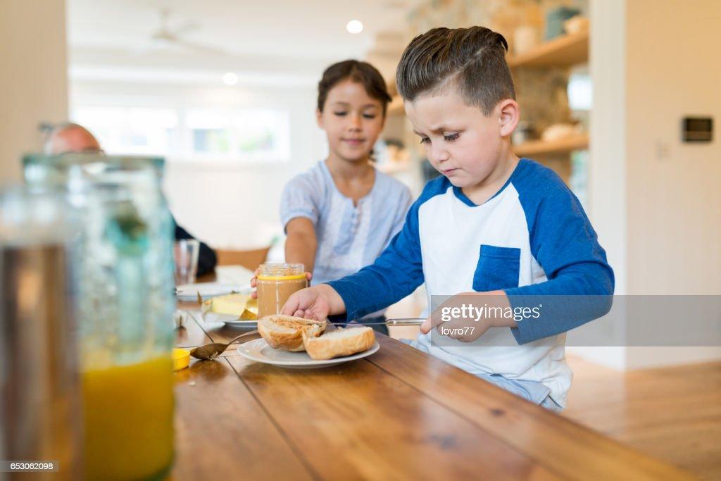 Two happy kids having healthy breakfast. : Stock-Foto