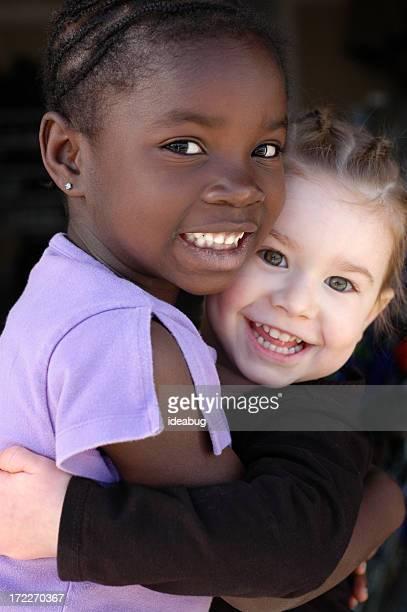 2 つの幸せな笑顔の女の子と沿う