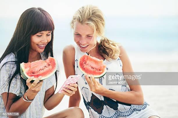 Zwei glückliche Frauen genießen Sie einen Tag am Strand