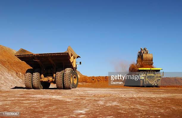 Zwei haul Truck vollgepackt mit ore.
