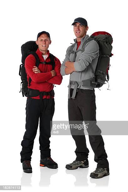Deux randonneurs portant sacs à dos et souriant