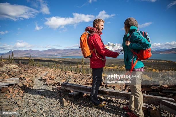 Zwei Wanderer Blick auf Karte für die Anfahrt
