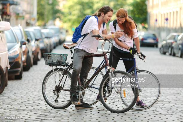 Zwei Hipster Fahrrad auf die Stadt