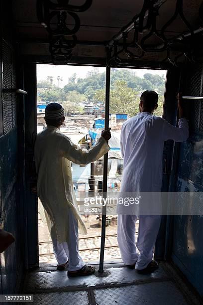 Deux hommes indiens portes de train