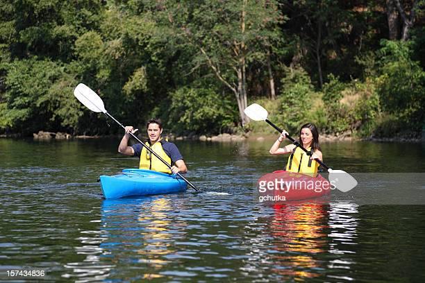 Zwei Kajakfahrer auf dem Wasser