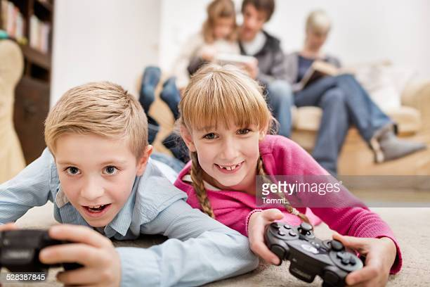 Zwei Kinder spielen Spiele-Konsole