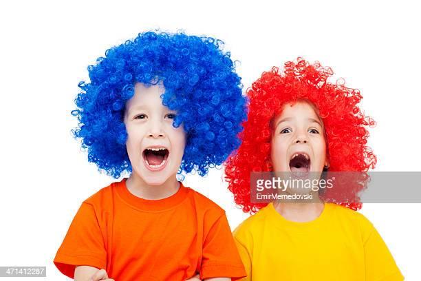 Zwei Kinder mit Perücke
