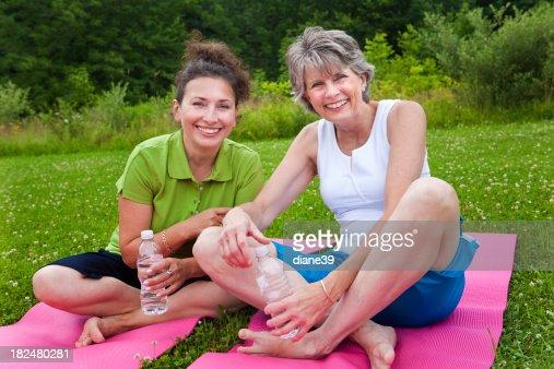 Due signore in Classe di yoga : Stock Photo