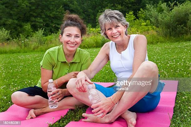 Due signore in Classe di yoga
